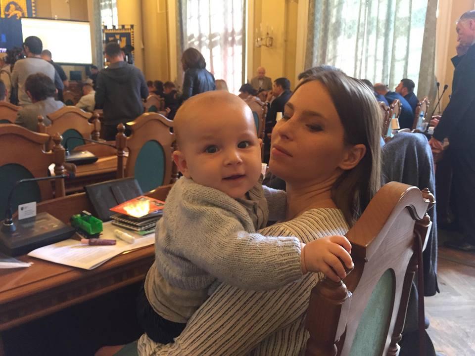 Юлія Гвоздович з 8-місячним сином на засідянні сесії Львівської міськради