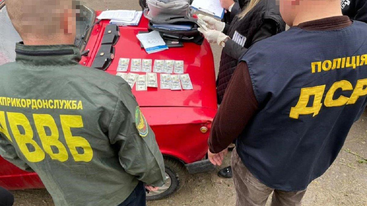 На Буковині прикордонника затримали за отримання 1,5 тис. доларів хабара -  ZAXID.NET
