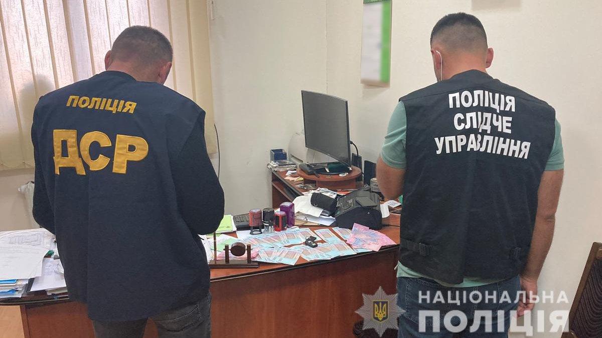 У Чернівцях на хабарі 30 тис. грн затримали двох керівників профспілок -  ZAXID.NET