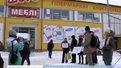 """Активісти збудували """"криваву йолку"""" біля магазину електроніки"""