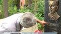 У Львові спіймали жінку, яка спилювала таблиці з надгробків
