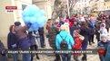 Біля львівської ратуші діти з аутизмом запустили блакитні кульки в небо