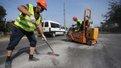 У Львові вперше застосували нову технологію ремонту тріщин в асфальті