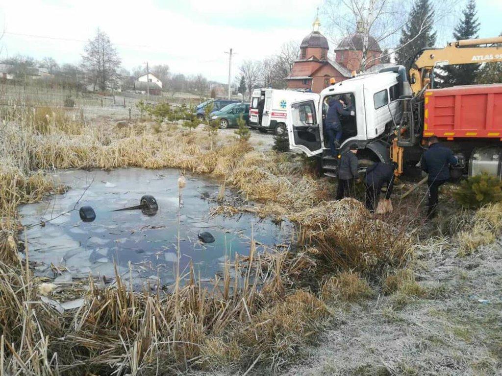 Легковий автомобіль впав у озеро на Львівщині: 4 людини загинули - Цензор.НЕТ 7944