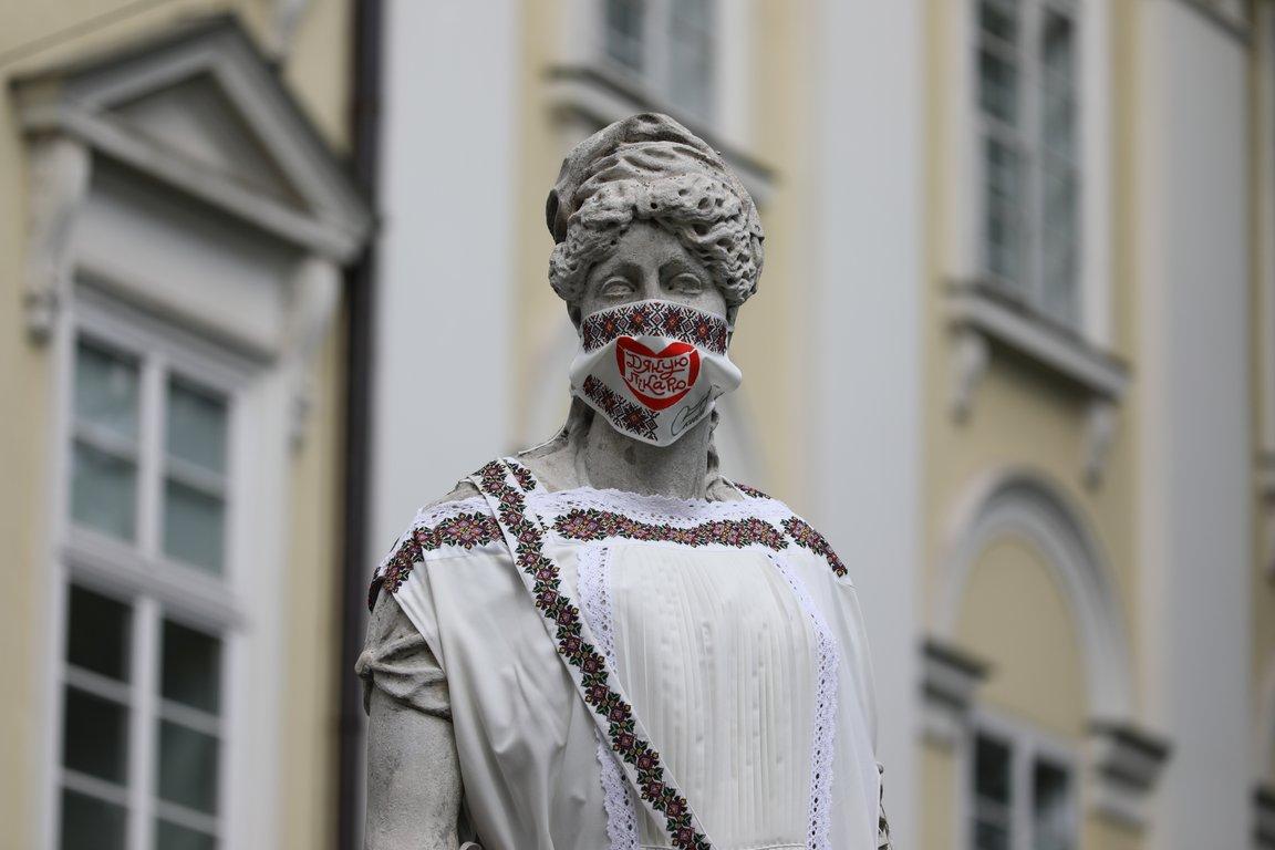 День вишиванки 2020, Львів: фото скульптур у вишитих масках