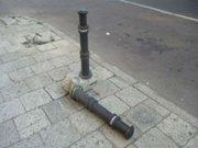 На вул. Тернопільській мешканці нищать стовпці-обмежувачі паркування