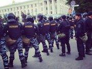 У центрі Сімферополя патрулюють ОМОНівці, повсюди автозаки