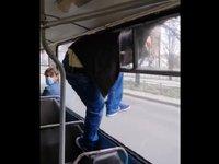 У Черкасах пасажир втік через вікно тролейбуса, щоб не платити за проїзд. Відео дня
