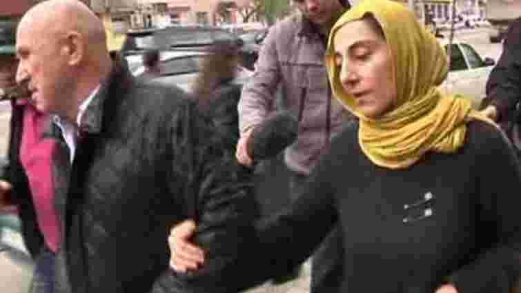 Матір підозрюваних у бостонському теракті допитали