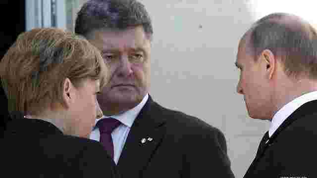 Порошенко зустрівся з Путіним і потис йому руку