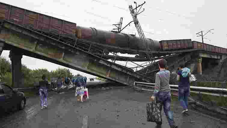 На Донеччині підірвали залізничний міст з вантажним потягом на ньому