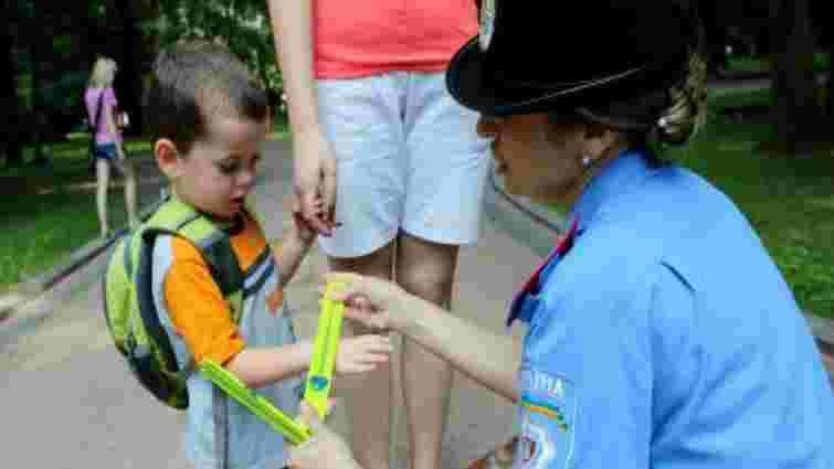 Львівські ДАІвці подарували дітям «сонячні» браслети для безпеки