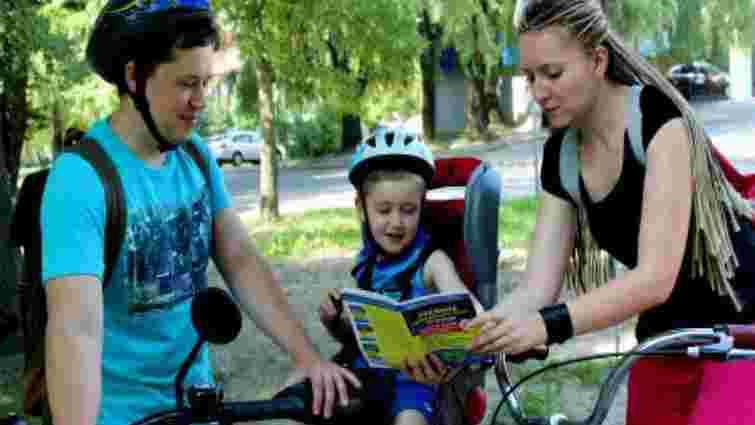 У Львові ДАІвці роздавали велосипедистам листівки з безпеки руху