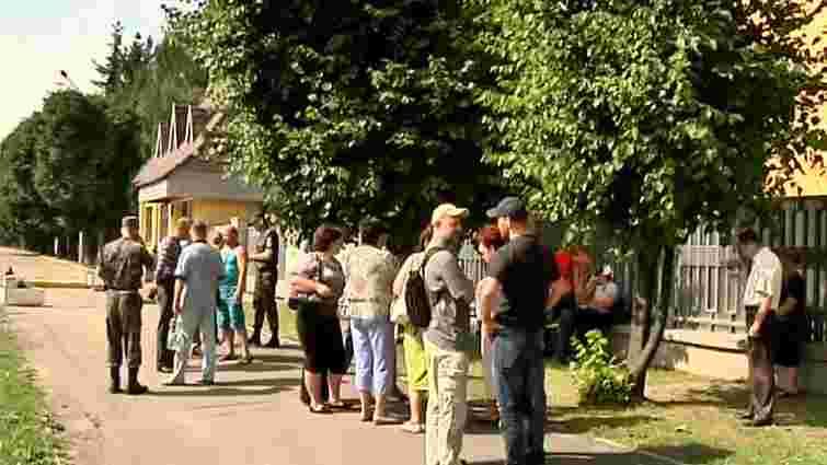 У Гамаліївці родичі вояків АТО заблокували трасу Київ-Чоп