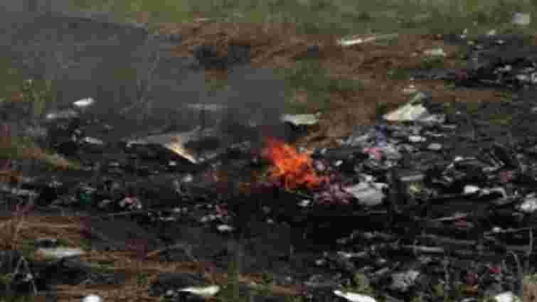 На місці падіння малазійського авіалайнера горять речі загиблих (фото)