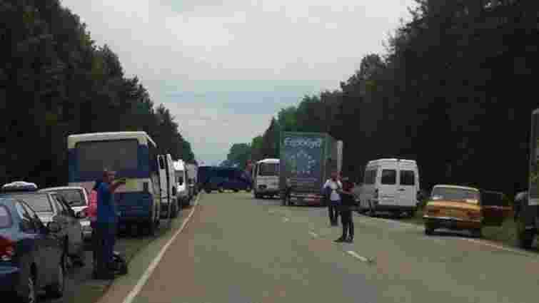 На Франківщині жінки заблокували дорогу – не пускають чоловіків на АТО