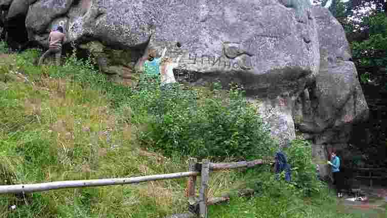 Скельний комплекс у Тустані очистять від написів туристів