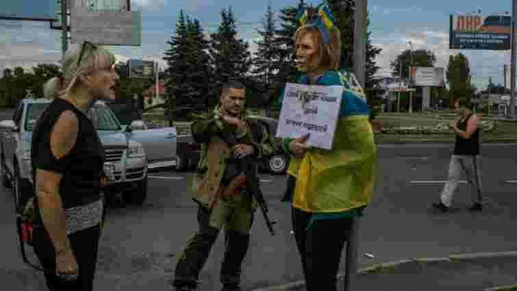 У Донецьку прив'язали до стовпа жінку з українським прапором