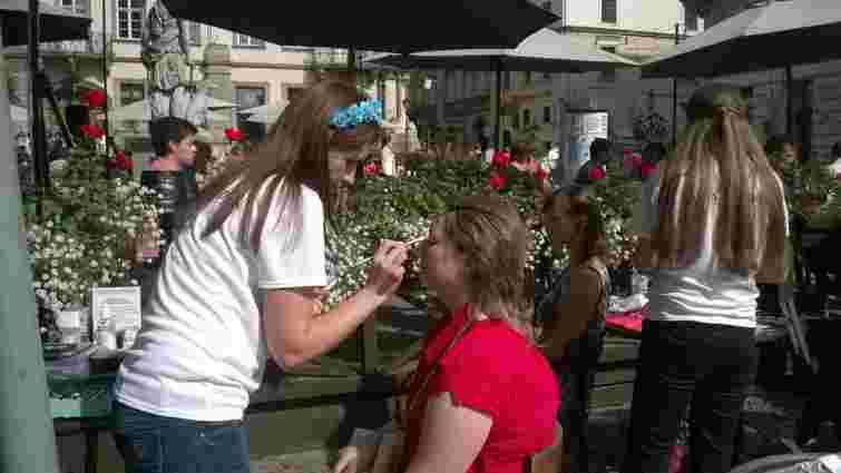 У Львові дівоча краса допомогла збирати кошти воякам