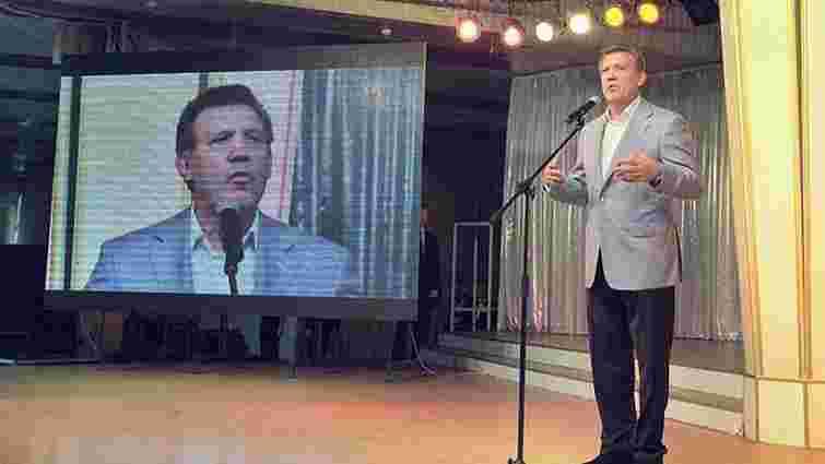 Ківалов підкуповує виборців канапками і вином, - ЗМІ