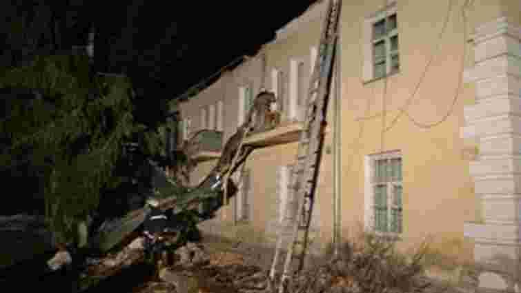На Самбірщині сильний вітер зірвав дах будинку