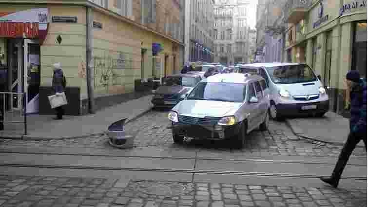 У центрі Львова Renault в'їхав у маршрутку з пасажирами