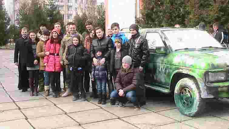 Школярі із Трускавця подарували десантникам позашляховик «Котигорошко»