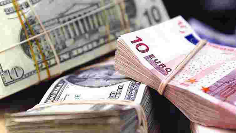 На міжбанку долар і євро майже зрівнялися
