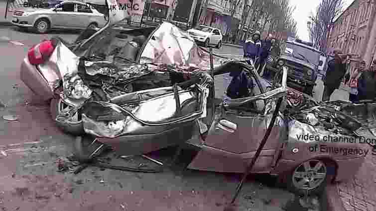 У центрі Донецька танк бойовиків розчавив легковий автомобіль