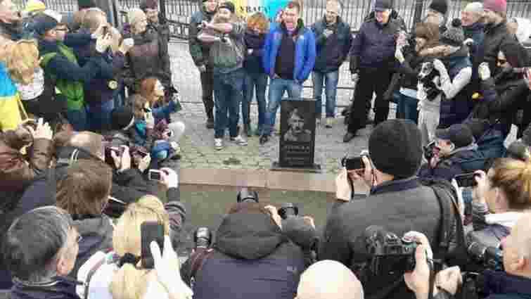 У Києві встановили надгробок для Путіна біля посольства РФ