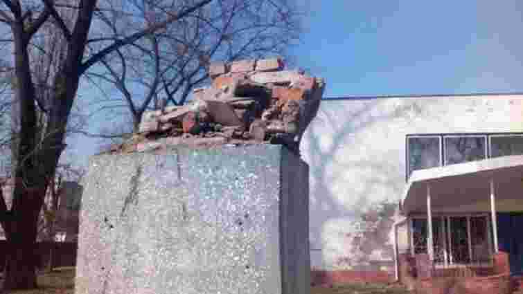 У Чернігові повалили пам'ятник одному з винуватців Голодомору
