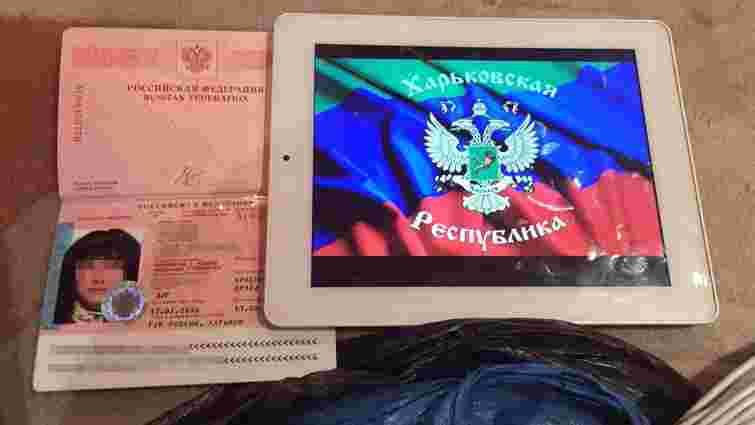 СБУ затримала росіянку, яка організувала в Харкові підрив стели з українським прапором