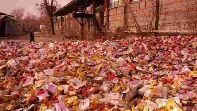 Донецьк в шоколаді: на вулицю міста викинули тонни цукерок (відео)