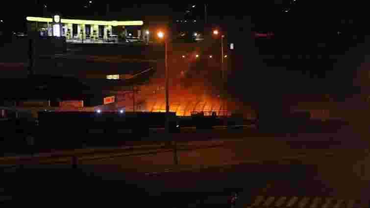 У Києві згоріли два магазини і манікюрний салон (відео)