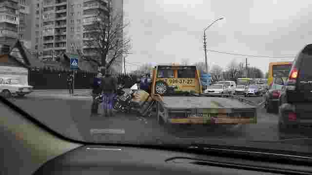 У Львові байкер в'їхав у евакуатор