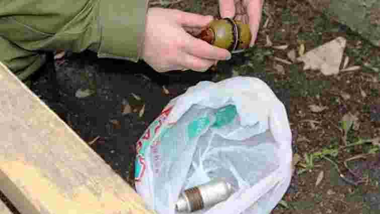 Львів`янин намагався закопати гранату поблизу гаражів на Сихові