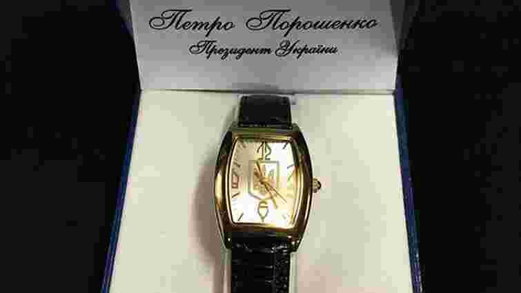 Порошенко нагороджує волонтерів і бійців АТО годинниками Януковича