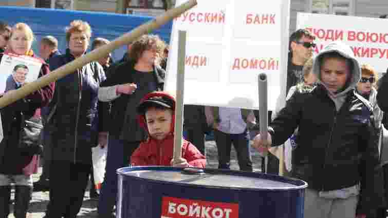 Філію «Альфа-Банку» у центрі Львова засипали автоматними гільзами