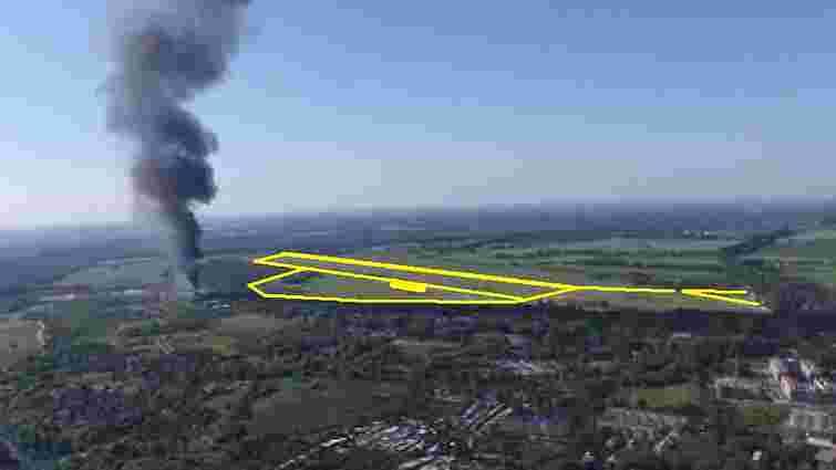 Із військової частини, яка знаходиться за 50 м від палаючої нафтобази, вивозять боєприпаси