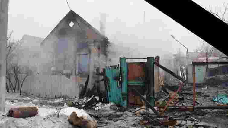 Сили АТО допомагають жителям Мар'їнки відновити зруйноване житло