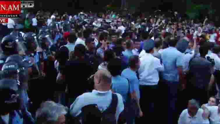 У столиці Вірменії  тисячі протестувальників перекрили дорогу біля  резиденції президента
