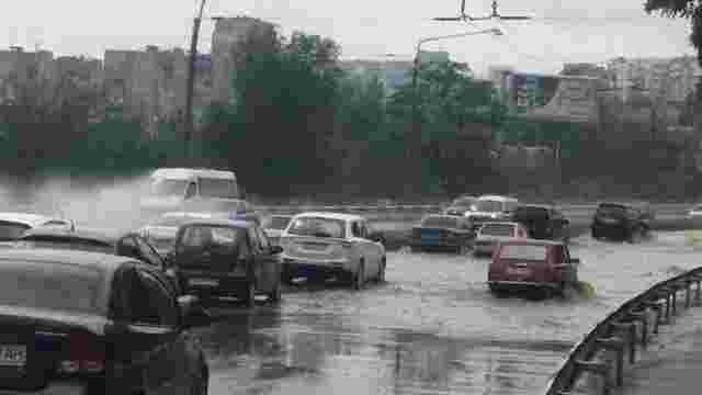 У Запоріжжі потужна злива затопила будинки і автомобілі