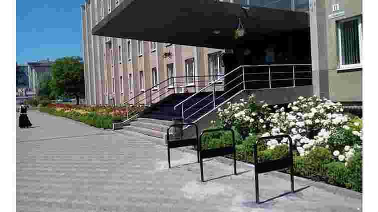 Біля районних адміністрацій Львова встановили 36 велостійок