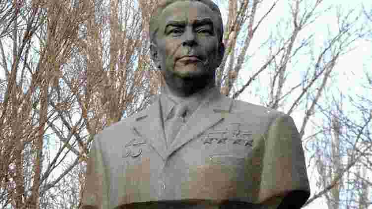 У Дніпродзержинську демонтують пам'ятники Брежнєву і Дзержинському