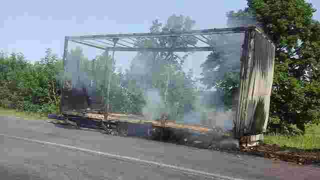 На трасі «Львів – Тернопіль» згоріла вантажівка із 9 тоннами солодощів