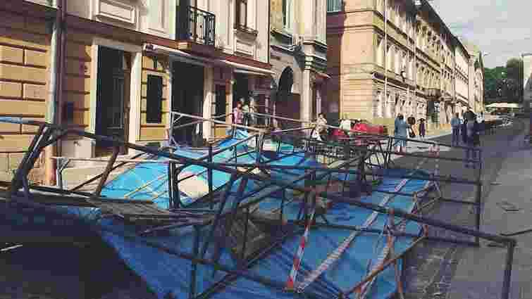 У центрі Львова на літній майданчик ресторану впали будівельні риштування