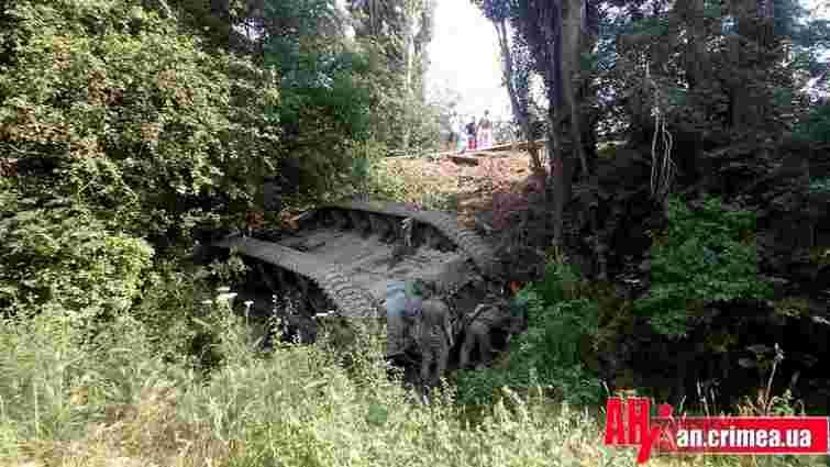 У Криму на трасі перекинувся російський танк (відео)