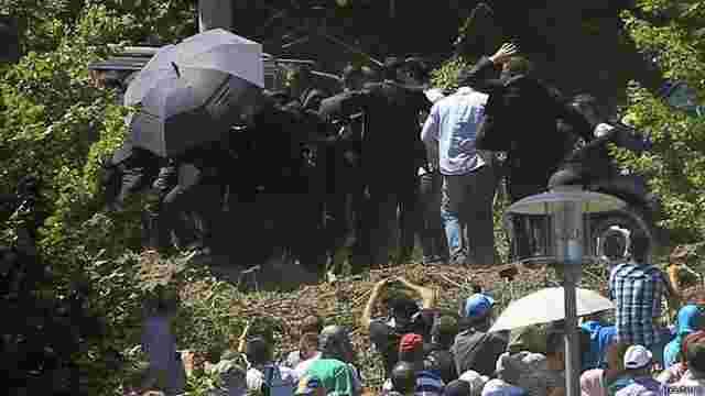 Прем'єра Сербії на траурній церемонії у Сребрениці закидали камінням (відео)