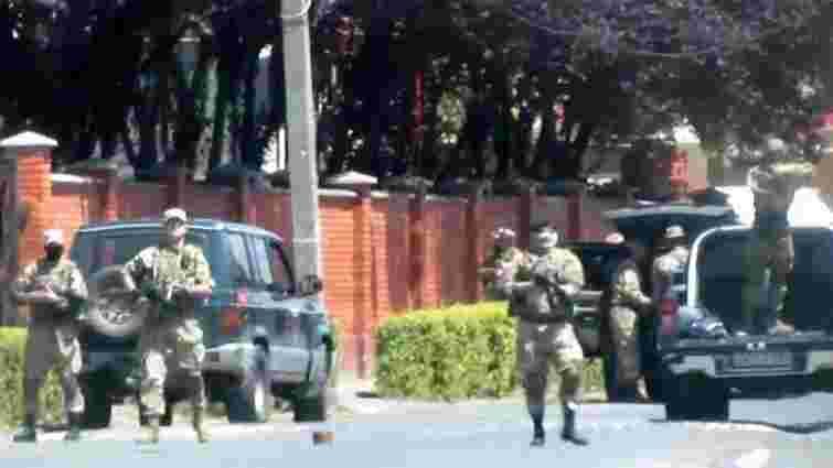 У мережі з'явилося оперативне відео початку стрілянини у Мукачевому