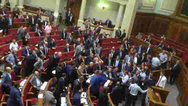 Нардепи від Блоку Порошенка і Радикальної партії побилися на засіданні парламенту